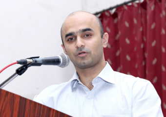 DR.-ADITYA-KELKAR-SPEAKING-AT NIOEYES