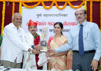 DR.-SHRIKANT-KELKARS-FELICITATION-AT NIOEYES IN PUNE CLINIC